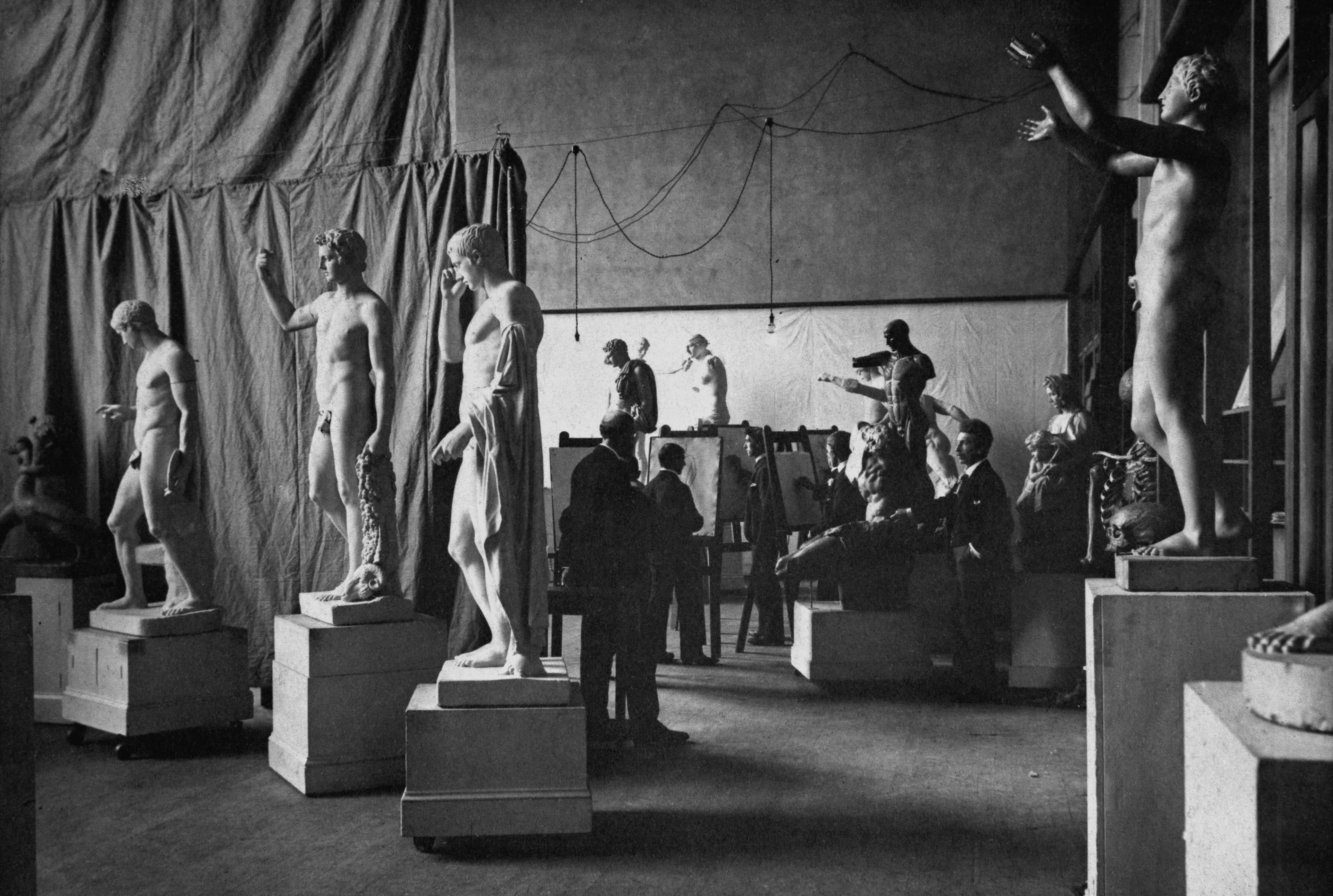 Antique class in Studio 40, 1900. Image courtesy of T. & R. ANNAN & SONS Ltd.