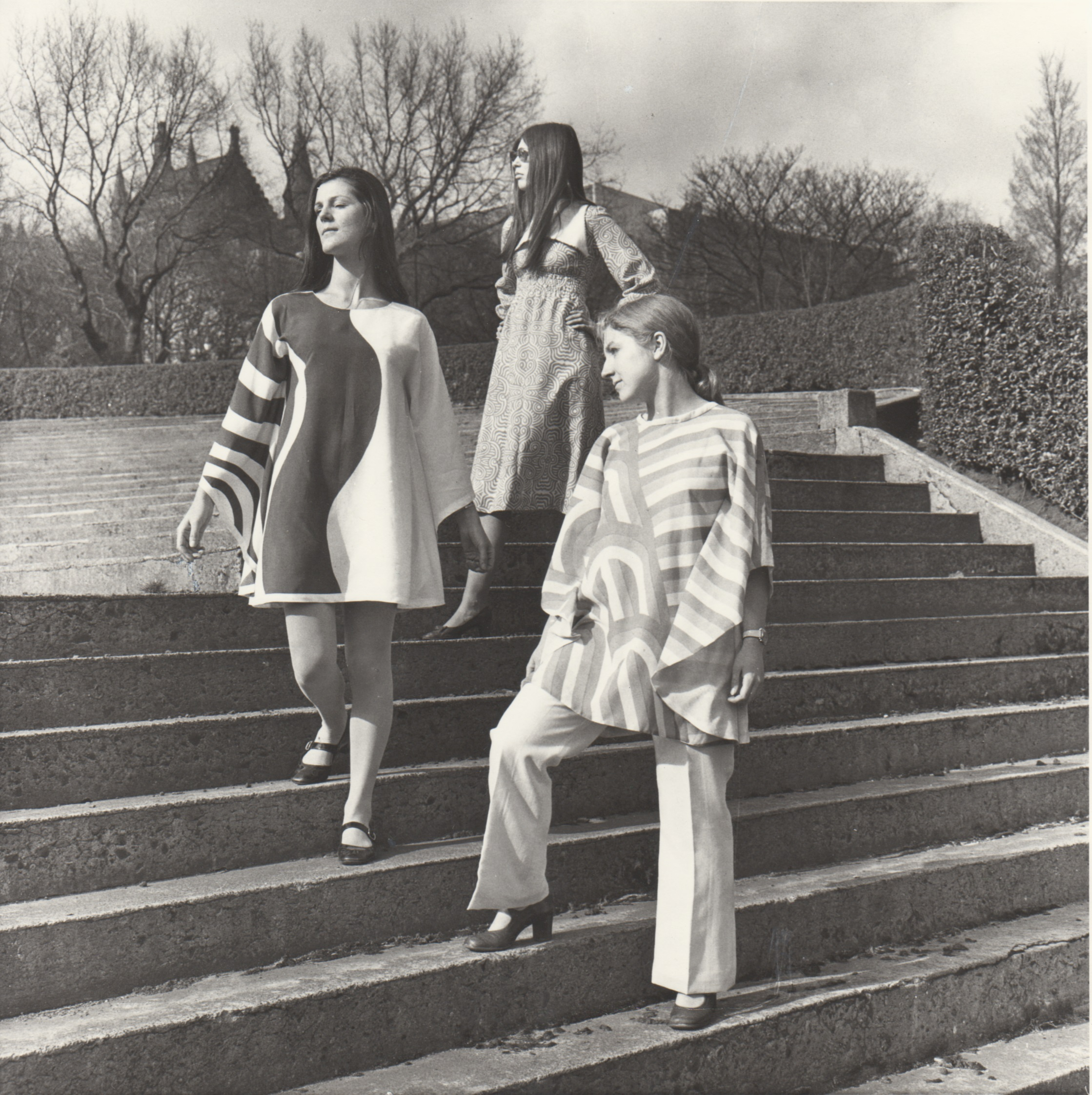 GSAA P/1/2413 Photograph of students modelling garments for a fashion shoot in Kelvingrove Park, 1960s